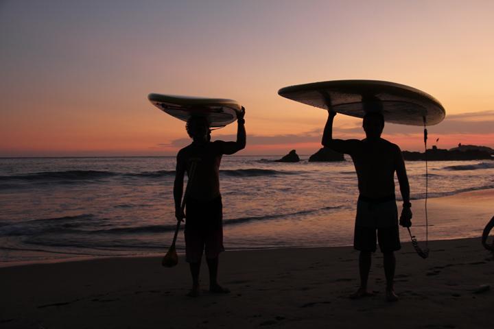Session de SUP au soleil couchant avec Thijs de Centro Sup Mexico Photo : Kristine Choinière