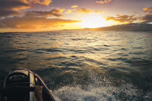 Levé de soleil sur Maui, en route vers Jaws. Crédit: Jonas Lavoie-Lévesque