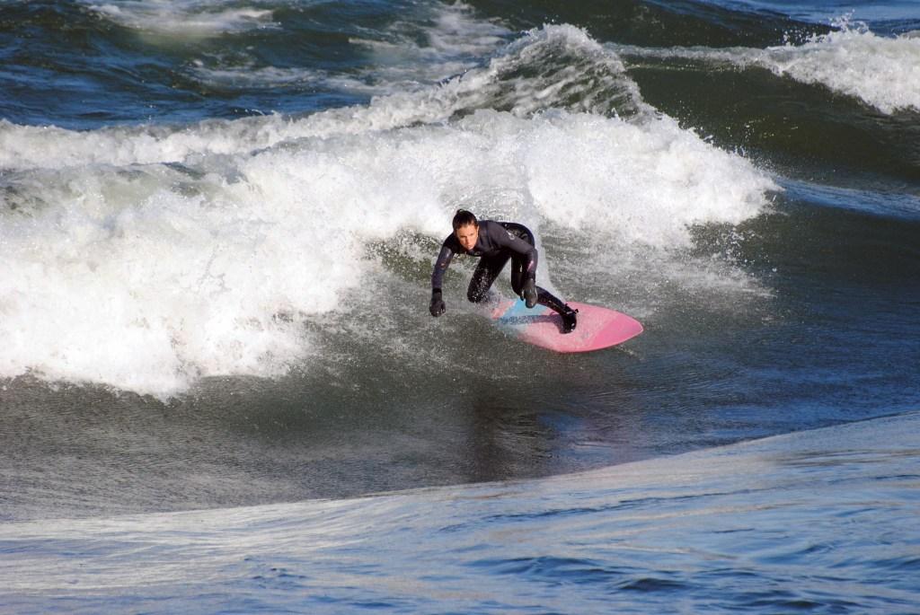 Annie Carrier - Surf de rivière à Habitat 67, Montréal Québec