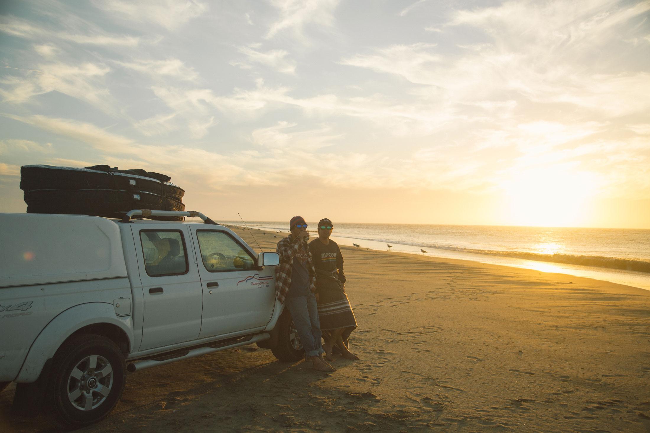 Skeleton Bay prend des conditions bien spéciales pour être surfée. Malgré l'absence de vague, on en profite pour prendre un bière au coucher de soleil.