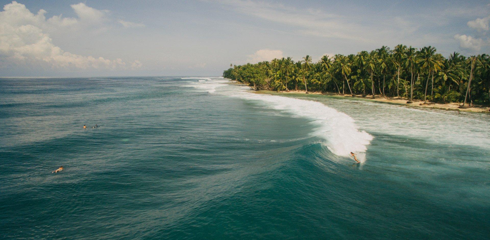 voyager avec un drone permet de prendre des images incroyables comme celle-ci d'une surfeuse en Indonésie