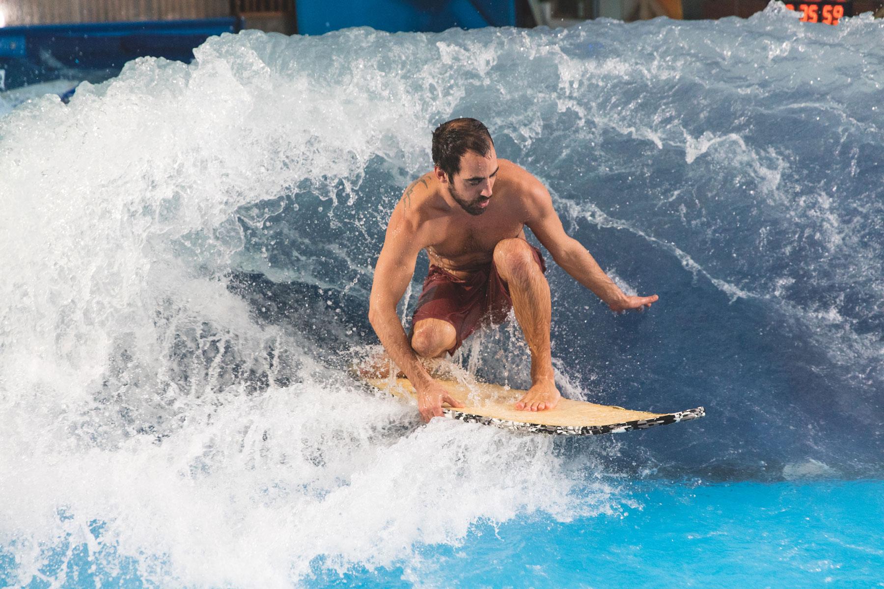 Benjamin Rochette OuiSurf sur la vague de 4 pieds du Oasis Surf du quartier Dix30 de Brossard