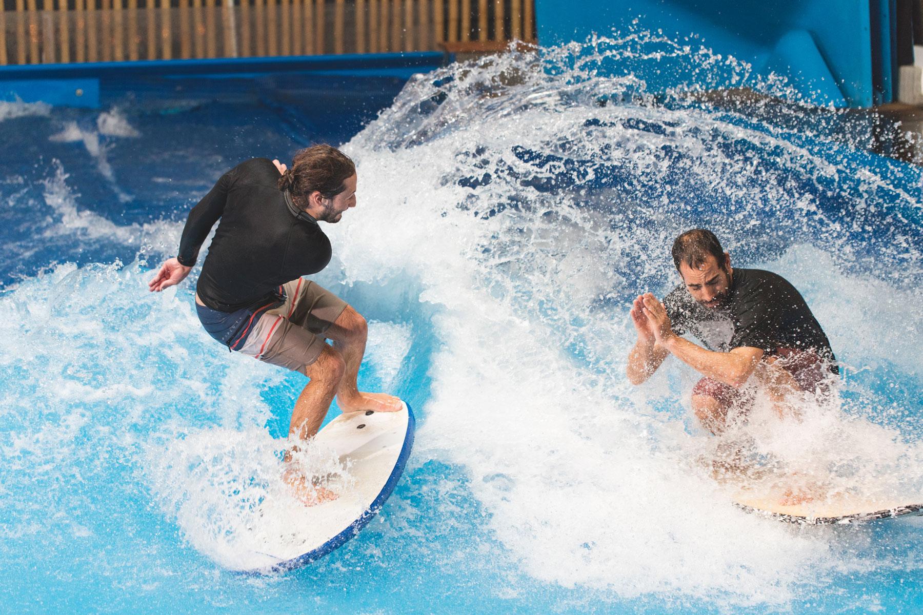 Benjamin Rochette et Julien Lauzon OuiSurf sur la vague débutante du Oasis Surf du quartier Dix30 de Brossard