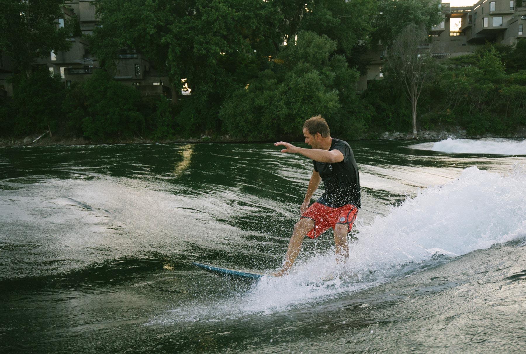 OuiSurf Surf Inc. Hugo Lavictoire - Fondateur de KSF Montréal , sur la vague de rivière Habitat 67
